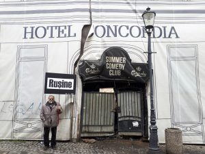 Arhitectul Serban Sturdza protestind in fata ruinei Hotelului Concordia din Bucuresti